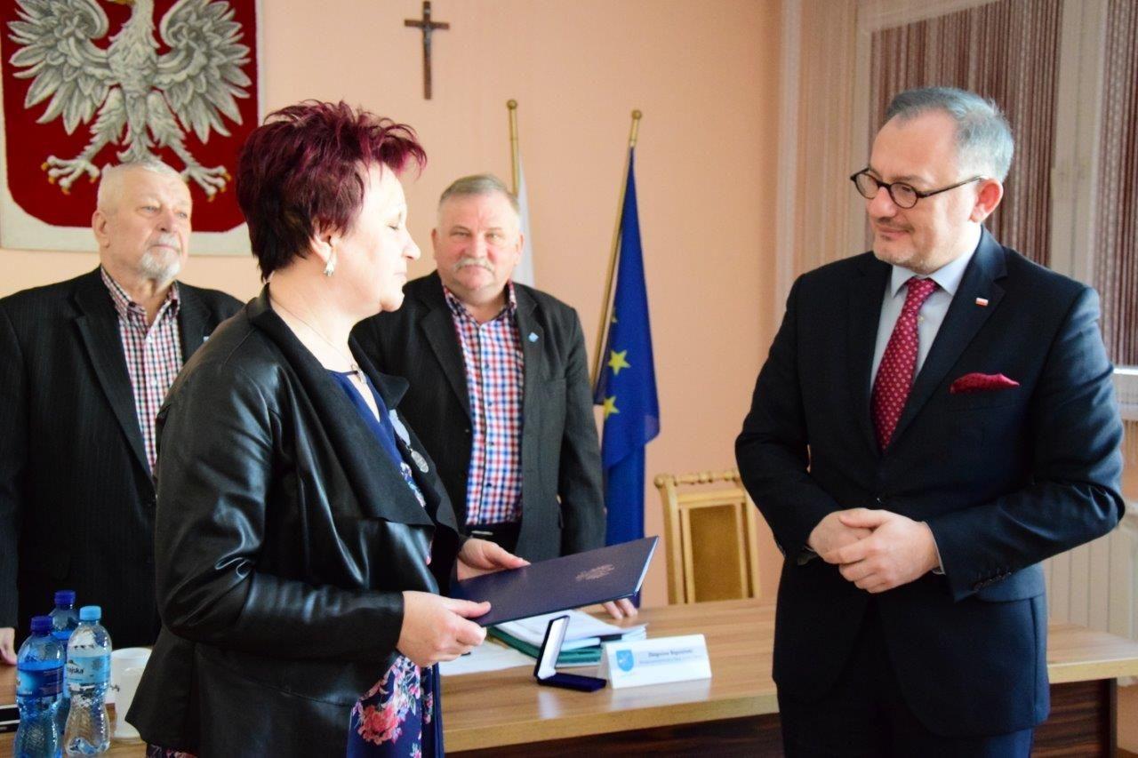 Kierownik GOPS Maria Kalota otrzymuje od Senatora RP Ryszarda Majera odznaczenie
